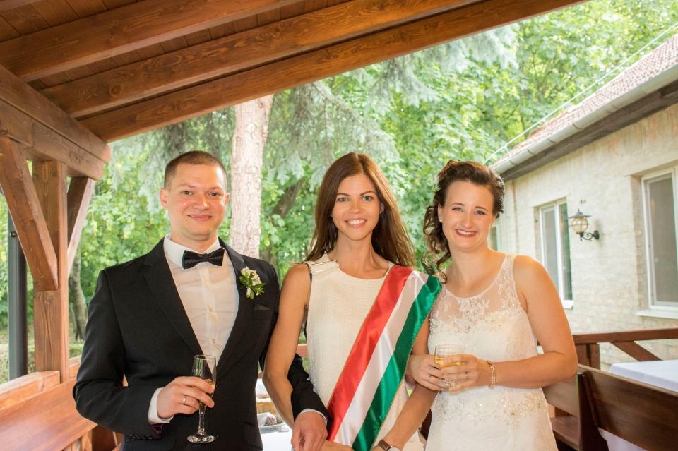 dfaa09e672 Niki és Martin esküvői szertartása az agárdi Pálmajor Pihenőparkban